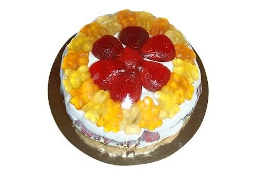 Fruchtgummi Torte in gelb mit Erdbeere