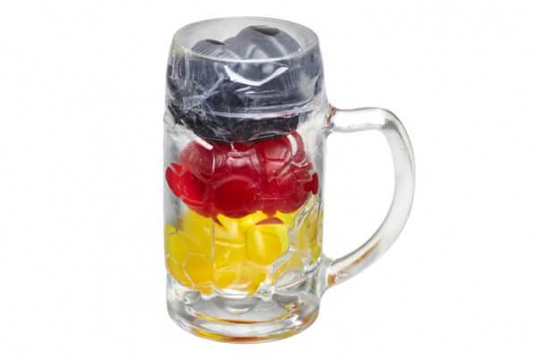 Schnapsglas mit Deutschland-Fruchtgummi während WM 2018